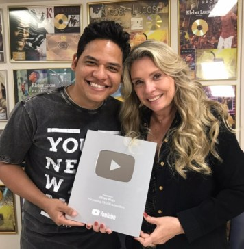 Elizeu Alves recebe placa por mais de 100 mil inscritos no YouTube / Foto: Divulgação