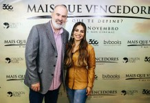 "Alex Kendrick e Gabriela Rocha na sessão exclusiva do filme ""Mais Que Vencedores"""
