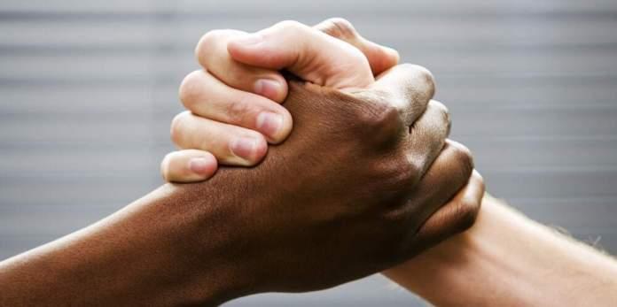 Branco e negro de mãos dadas