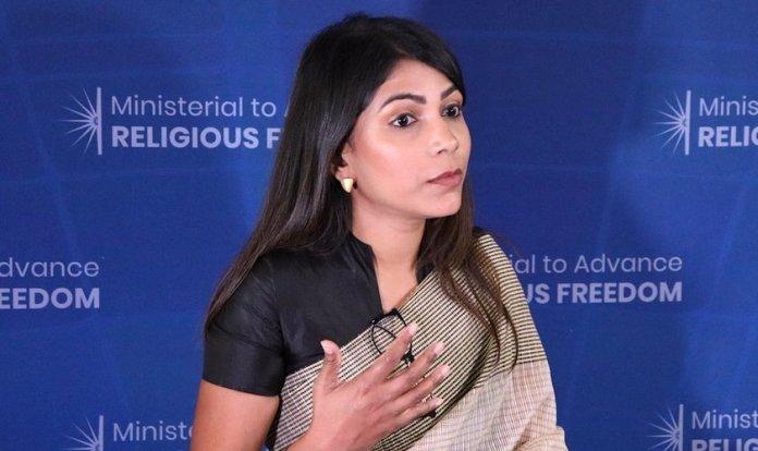 """Yamini Ravindran, diretora do projeto """"MinorMatters: Rewind; Reconstruir"""", recebeu o prêmio. (Foto: Reprodução/Departamento de Estado dos EUA)"""