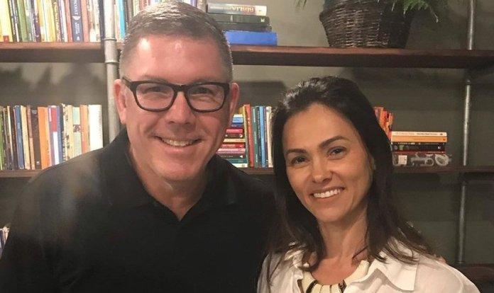 Suzana Alves comemora final de curso de pregação, ao lado do Pr. Ed René Kivitz. (Foto: Reprodução/Instagram)