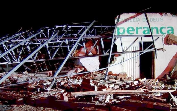 Temporal faz igreja desabar em Aparecida de Goiânia (GO) — Foto: Reprodução/TV Anhanguera