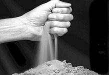 Mão soltando areia