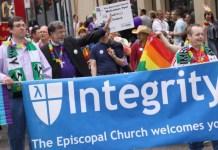 O grupo de defesa LGBT da Igreja Episcopal Integrity USA desfila nesta foto enviada ao Facebook em março de 2012. | Facebook / Integridade EUA
