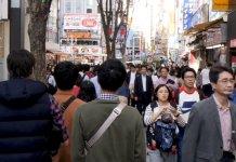 Japoneses caminham nas ruas de Tóquio, capital do Japão