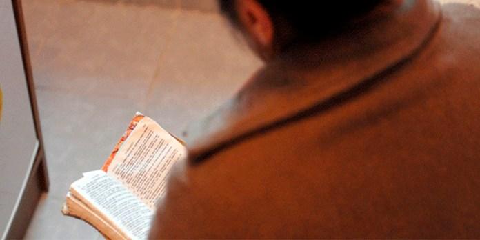 Cristã ex-muçulmana lendo a Bíblia