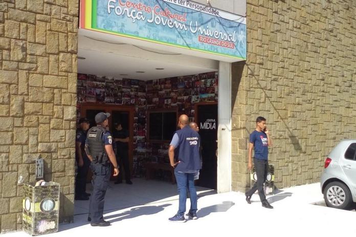 Centro Cultural Força Jovem Universal sendo fechado pela fiscalização (Foto: Prefeitura de Porto Alegre / Divulgação)