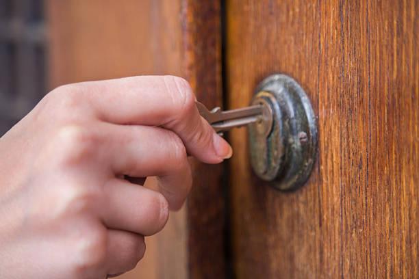Chave abrindo uma porta