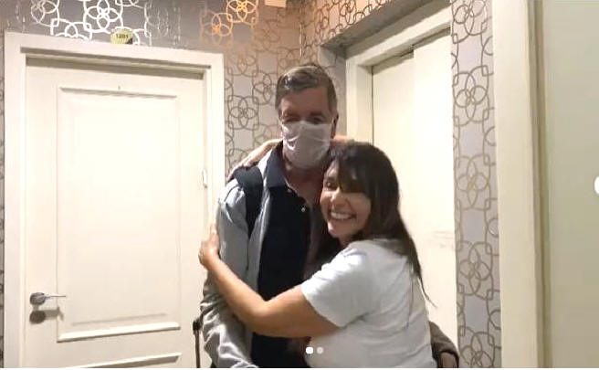Soraya Moraes recebe seu esposo em casa curado da Covid-19