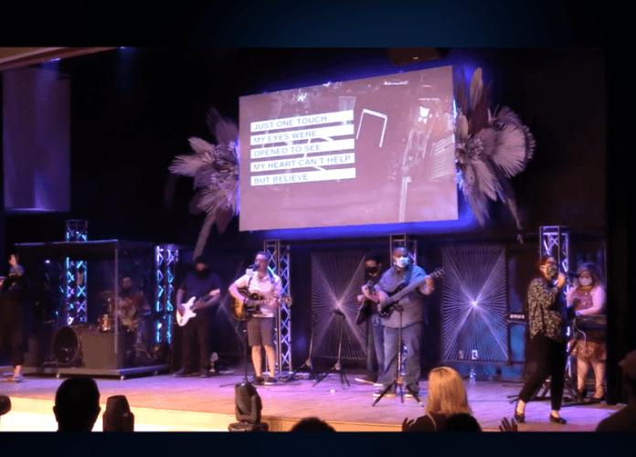 A equipe de louvor da Champion Church em Yuma, Arizona, em 3 de maio de 2020. (Foto: Captura de tela/Champion Church