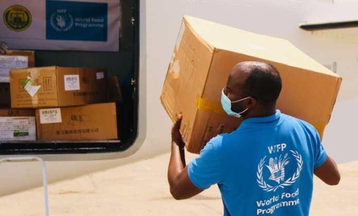 A equipe do Programa Mundial de Alimentos distribui alimentos durante a pandemia do coronavírus. | Facebook / Programa Mundial de Alimentos
