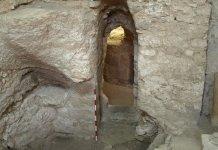 A entrada da casa foi cortada na rocha de uma caverna natural em Nazaré. (Foto: Ken Dark)