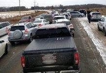 Como os carros foram impedidos de acessar o estacionamento da igreja, acabaram se aglomerando do lado externo do terreno. (Foto: Alberta Press)