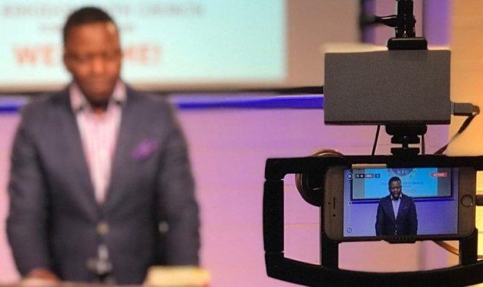 O pastor Daniel Mateola estava transmitindo um culto online quando policiais chegaram ao local. (Foto: Kingdom Faith Church USA & UK)