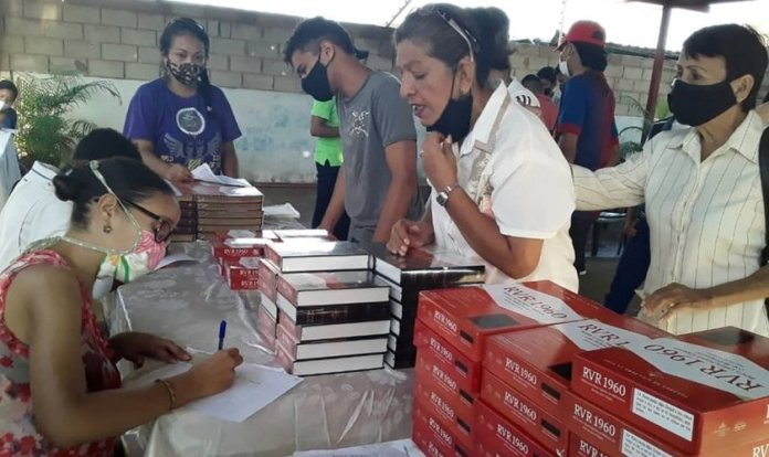 """LifeWay Christian Resources doou quase 30.0000 cópias da Bíblia em espanhol """"Reina Valera"""" (RVR). (Foto: Reprodução / BP Press)"""