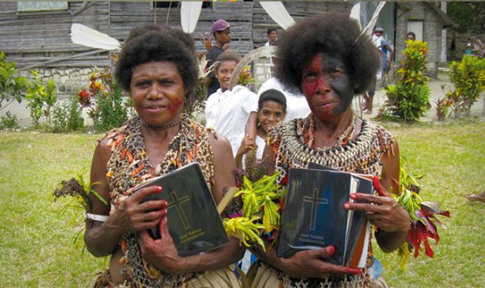 Bíblia é traduzida para diversas línguas (Foto: Facebook/Wycliffe Associates)