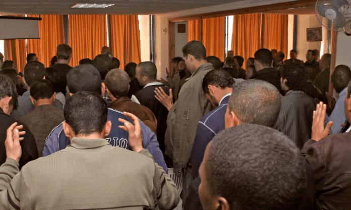 Cristãos durante culto na Argélia