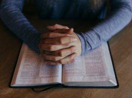 Mãos postas sobre a Bíblia (Imagem de Free-Photos por Pixabay)