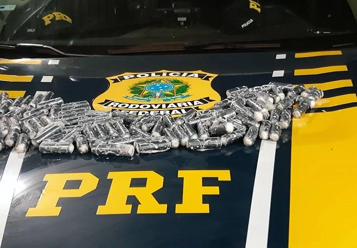 Read more about the article PRF encontra capsulas de cocaína em frascos de iogurte dentro de ônibus que saiu de Puerto Suarez