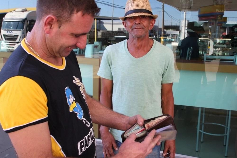 Read more about the article Ajudante de caminhão acha carteira com R$ 15 mil e devolve ao dono no interior de SP