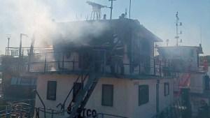 Read more about the article Bombeiros combatem incêndio em embarcação no porto de Ladário
