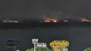 Read more about the article Corpo de Bombeiros pede reforço aéreo para combate a incêndio no Porto de Corumbá