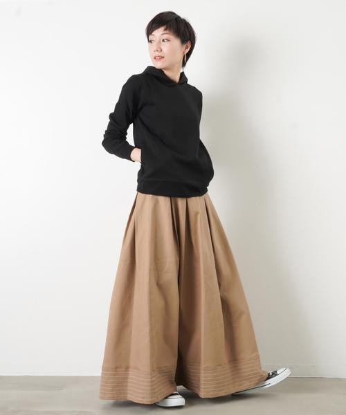黒パーカー×フレアスカート