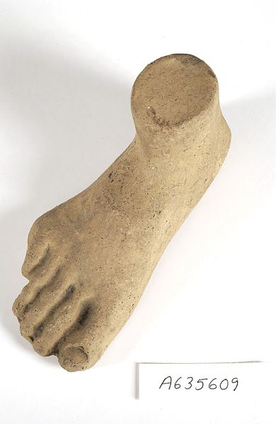 A clay-backed foot. Roman votive offering (CC BY 4.0) https://wellcomecollection.org/works/htnmpsfz?query=Clay+Roman+votive+foot