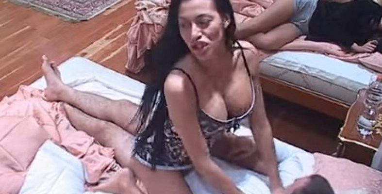 mimi oro i jasmin u krevetu
