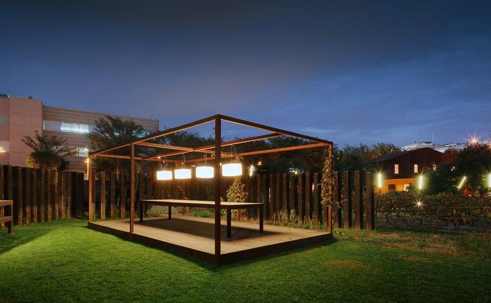 La taula del hort, fins a 20 comensals ideal per a les nits d'estiu .