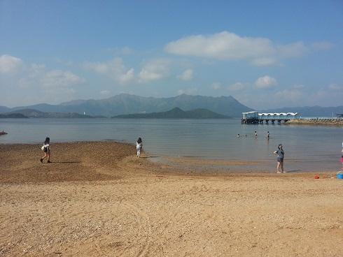 沙灘很細,而且石頭很多