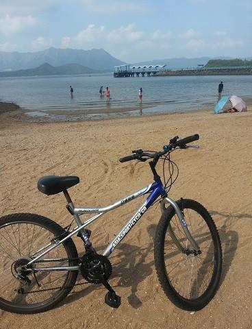 先把單車泊在沙灘