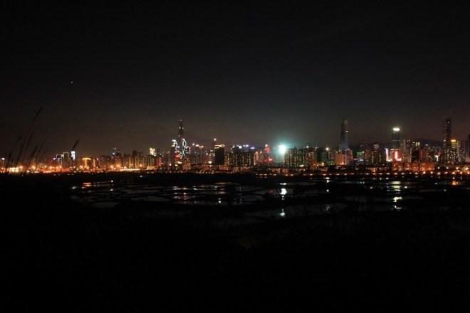 很夜了,沒有街燈,還是收捨行裝走人為妙