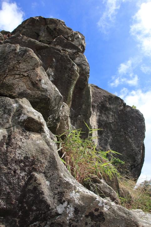 巨石險崖處處