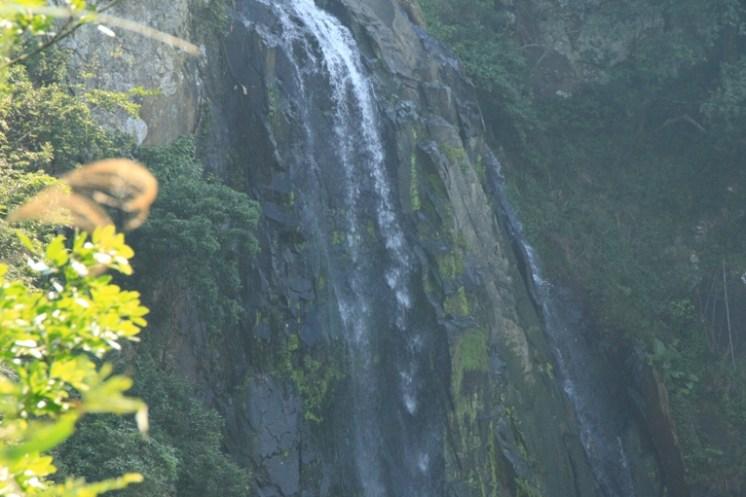 隱藏在山谷中的瀑布 (Waterfall hiding in the valleys)