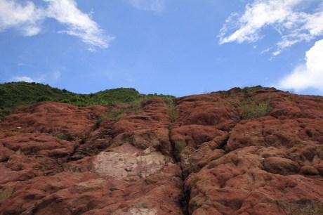 佈滿赤紅的石頭 (Reddish Stones)