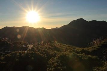 旭日從奇萊山後升起