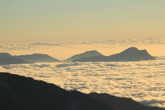 高聳入雲的山峰