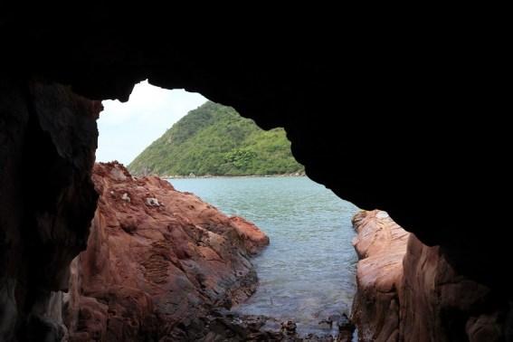 從細小的海蝕洞往外看