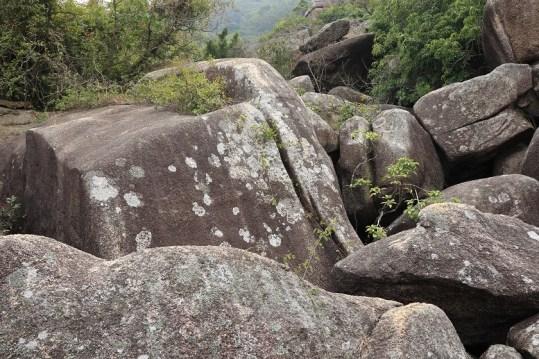 四處滿佈大型巨石
