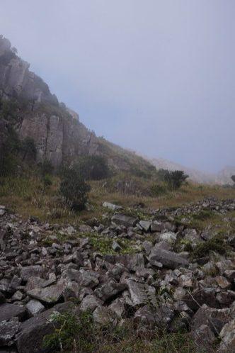 從天窗石河仰望被雲霧濃罩著的峽谷