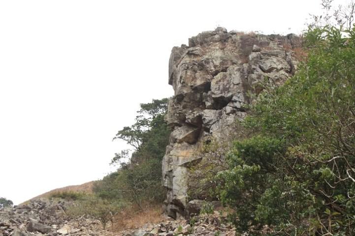 右邊的門崖狀如一頭老虎