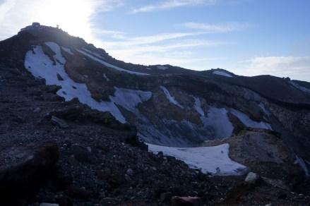 劍峰下的火山口