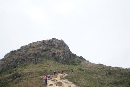 滿佈碎石的山路