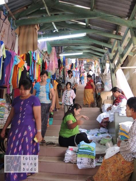 Der Aufgang ist von Händlern und unzähligen Möglichkeiten für eine Spende gesäumt