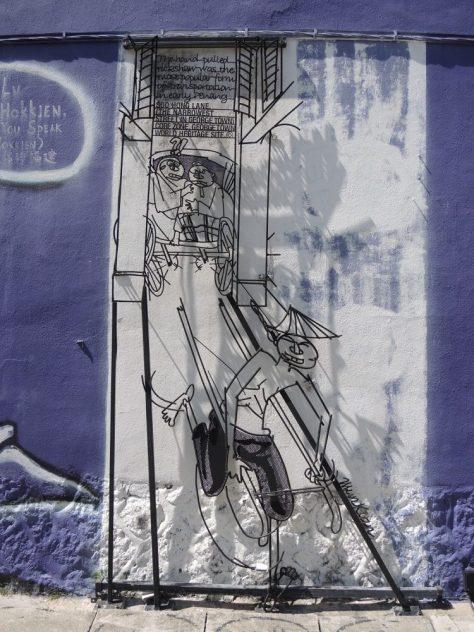 Eine von 50 durch die Stadt angebrachten Metallkonstruktionen, die sich humorvoll mit Traditionen und Brauchtum auseinandersetzen