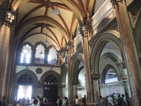 Das Innere des Bahnhofes sieht wie eine Kirche aus.