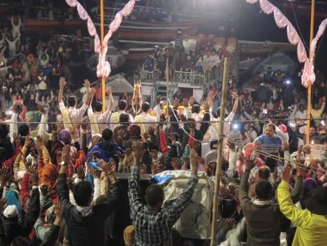 Die Ganga-Aarti Zeremonie ist sowohl heiligste Zeremonie, als auch Touristenmagnet