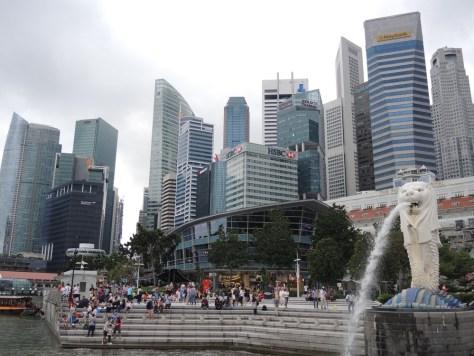 Merlion und Singapurs Skyline