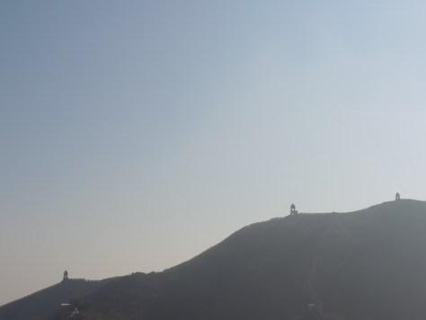 Die alte Stadtmauer zieht sich noch über die Berge